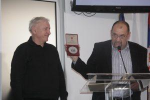 Stane Ribič iz Slovačke mi uručuje nagradu Svetozar Miletić 2015