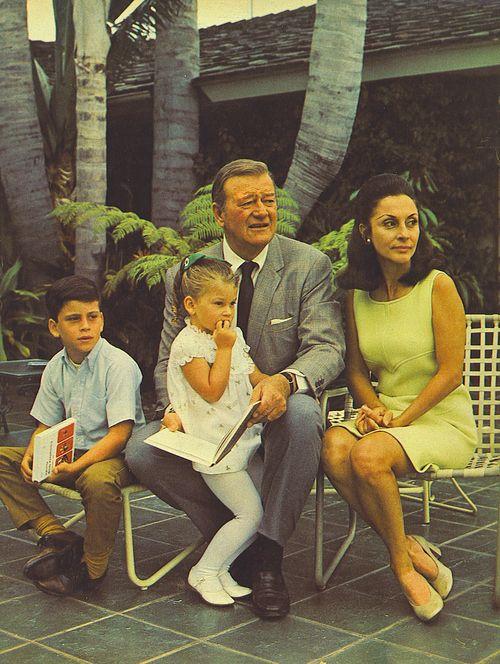 Džon i Pilar Vejn sa decom