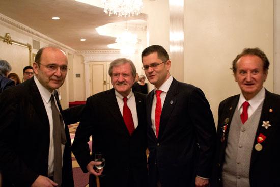 David Viich u sredini sa brkovima
