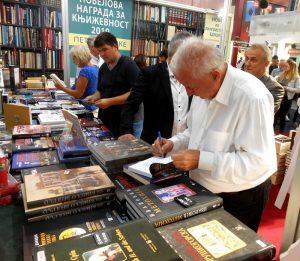 4.-др-Марко-Лопушина-потписује-своју-књигу
